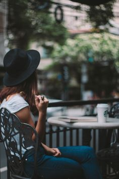 Ensaio: Café, starbucks, livraria e amor Café Starbucks, Camila, Photography Poses, Cowboy Hats, Meditation, Amor, Portraits, Poses For Photoshoot, Zen