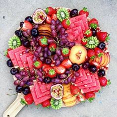 New fruit platter display wedding catering Ideas Party Platters, Party Trays, Cheese Fruit Platters, Cheese Trays, Fruit Displays, Food Presentation, Appetizer Recipes, Fruit Appetizers, Food Art