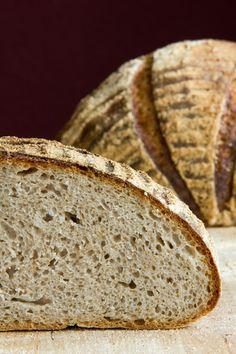 Petra ist mir zuvorgekommen, zorra auch. Martin Johanssons Brot hat gleich meine Neugier geweckt und ist auf der Nachbackliste gelandet. Da einige Mehle für mich nicht 100%ig zuordenbar waren (und ich das Rezept schon vor Petras Übersetzung für mich adaptiert hatte), habe ich nun einen Anteil Vollkornmehl im Teig, der im Original nicht vorkommt. Das Weiterlesen...