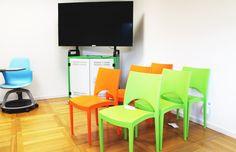 Scuola 3.0, idee per allestire la tua classe digitale #Didaskalos #ateliercreativi #ambientidigitale #ModernSchoolSupplies Modern Classroom, 3, Chair, Digital, Furniture, Home Decor, Decoration Home, Room Decor, Home Furnishings