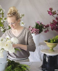 Kelly with @3leaffloral is taking over the blog today with a tutorial and some wisdom about why we think more people should have spring weddings! It was so much fun watching Kelly at work you don't wanna miss this! #linkinbio . . . . . #ampbridetribe #ouraywedding #crestedbuttewedding #beavercreekwedding #moabwedding #engaged #isaidyes #bridetobe #instalove #weddingday #weddingideas #weddinginspiration #weddinginspo #chasinglight #thatsdarling #soloverly #weddingflowers #floral #florist…