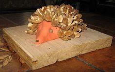 Knutselwerkje Egel in de herfst van knutselidee.nl. Stekels kunnen ook met helikoptertjes (esdoornzaadjes) gemaakt worden. Conkers, Scouting, Diy For Kids, Diy Crafts, Autumn, School, Manualidades, Ideas, Fall Season