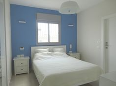 חדר הורים עם קיר אחורי מודגש   www.rk-design.co.il  ורהוט בהיר