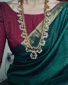 Burgundy Contrast Blouse for Green Silk Saree Simple Sarees, Trendy Sarees, Indian Attire, Indian Wear, Indian Dresses, Indian Outfits, Indian Clothes, Look Fashion, Indian Fashion