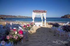 ¿Qué te parece esta hermosa decoración floral para tu ceremonia en la playa? Bodas Huatulco