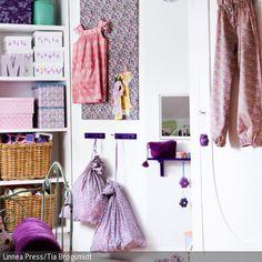 Besonders in kleinen Badezimmern herrscht meist ein Platzproblem. Dabei kann schon mit kleinen Möbeln Ordnung und damit Platz im Badezimmer geschaffen werden.  - mehr auf roomido.com