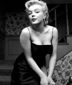 In Marilyn Monroe, now a full-blown movie star. Marilyn posed for photographer Earl Leaf again, this time during a party at her own home in Los Angeles. Estilo Marilyn Monroe, Fotos Marilyn Monroe, Marilyn Manson, Pin Up, Photos Rares, Cinema Tv, Greta, Actrices Hollywood, Marlene Dietrich