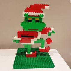 Here you can see the Grinch made of LEGO® Duplo, which takes us from BRICKaddict. Lego Duplo, Manual Lego, Legos, Lego Poster, Le Grinch, Grinch Party, Lego Challenge, Lego Club, Lego Craft