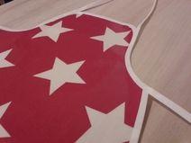 Abwischbare, rote Kinderschürze mit weißen Sternen