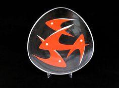 Fekete - piros halas tál - 01  Porcelán, máz feletti festéssel   Készült: 1960-as évek eleje  Mérete: 24 x 23 cm  Zsolnay gyár, pajzspecsét  http://innogaleria.hu/termekek/keramia/torok_janos/fekete_piros_halas_tal.html