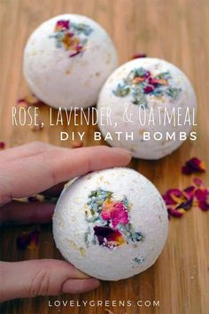 Rose, Lavender and oatmeal DIY bath bombs. Have you been searching for homemade beauty recipes for skin and hair? How to make easy DIY facial toner, body butter, body scrubs and bath bombs with essential oils and natural ingredients for refreshing skin care - the tutorials included in this list are all quick and easy to make, plus everything you need to know about using essential oils in your home, for health and for your family #skincaretips #DIYbeauty #essentialoils #skincare #skincareprod... Wine Bottle Crafts, Mason Jar Crafts, Mason Jar Diy, Diy Home Decor Projects, Diy Projects To Try, Decor Crafts, Sewing Projects, How To Make Rose, Diy Hanging Shelves