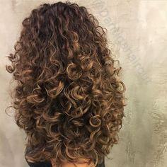 Amando meu novo corte! Eu sou muito chata com meu cabelo e nunca havia pintado nem feito químicas. Resolvi arriscar um pouco e pedi para o cabelereiro um corte sem mexer no comprimento e também para iluminar um pouco. Gostaram do resultado? #curlyhair #naturalhair