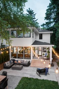 The front yard of HGTV Urban Oasis 2019 draws on the natural beauty of Minnesota with layers of lush wildflowers and native grasses to create curbside appeal for every member of the family. Dream Home Design, House Design, Backyard Renovations, Modern Farmhouse Exterior, Dream House Exterior, House Exterior Design, Sims House, House Goals, Patio Design