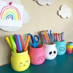 Learn how easy it is to make your own painted mason jars for holding flowers, markers and more. art with markers DIY Animal Painted Mason Jars Mason Jar Projects, Mason Jar Crafts, Mason Jar Diy, Colored Mason Jars, Painted Mason Jars, Mason Jar Painting, Diy Home Decor Projects, Diy Projects To Try, Art Projects
