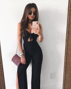 Observando os últimos looks do feed e constatando que 80% do meu guarda roupa é preto haha✨ o macacão é da @missgirls.sw | corre pros stores que mostrei como edito minhas fotos