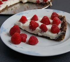 Tarta z malinami na ciasteczkowym spodzie to szybkie ciasto które możemy wykonać gdy brakuje nam trochę czasu.