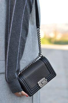 Chanel bag with chains - Anastassia Krez Stylish Handbags, Cute Handbags, Chanel Handbags, Ladies Handbags, Sac Boy, Zara, Chanel News, Beautiful Bags, Chanel Boy Bag