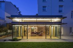 House in Hampstead, London fetaures a sparkling, cubic rear addition in glass, steel and timber