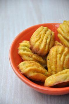 Après mon tajine de mardi, on reste un peu dans les saveurs marocaines avec ces petites madeleines :-) Très simple à réaliser, il vous faudra (pour une vingtaine de madeleines): 3 œufs 110g de farine avec levure incorporée 4 cas d'huile d'olive 3 brins...