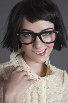 Short One-Length Haircuts: Jena Malone Hair - PoPular Haircuts Jena Malone, One Length Haircuts, Estilo Geek, Baby Bangs, Simple Updo, Popular Haircuts, Girls With Glasses, Glasses Sun, Womens Glasses