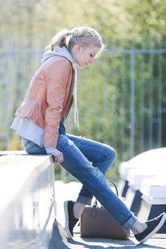 Con zapatillas deportivas, boyfriend jeans y lista para pasear. | 29 Formas de usar jeans sin lucir como una mujer aburrida