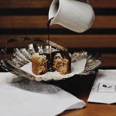 O domingo pede os bolinhos da Cia. Mineira de Chocolates, não é mesmo?! Peça um café para companhar, abuse da calda de chocolate especial da casa e seja feliz! ☕🍫👌🏻 #CiaMineiradeChocolates #Cake #Chocolate #FoodLovers