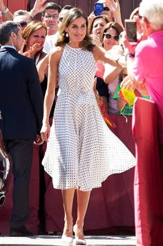 Who: Queen Letizia of Spain What: Carolina Herrera, Steve Madden shoes Where: At the anniversary ceremony of the Battle of Bailén, Bailén When: July 2018 Photo: Getty Images Estilo Real, Queen Rania, Queen Letizia, Estilo Fashion, Ideias Fashion, Looks Chic, Tube Dress, Royal Fashion, Dress Fashion