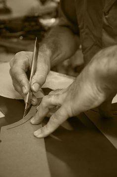 Il valore delle #scarpe #IlGergo è dato dal lungo e laborioso impegno dei nostri artigiani, che si avvalgono dei migliori processi manifatturi per la realizzazione di vere e proprie opere arte da indossare. Utilizziamo il metodo #GoodyearWelted, che grazie alla cucitura del guardolo alla parte bassa della tomaia e soletta conferisce compattezza, design e durata nel tempo.