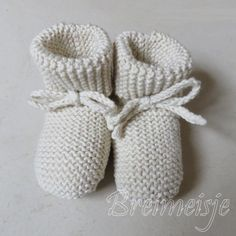 Breipatroon babyjasje maat 50-56 en 62-68 - Breimeisje.nl Baby Boy Cardigan, Quilt Baby, Baby Born, Baby Pictures, Craft Gifts, Knit Crochet, Baby Shoes, Crafty, Knitting