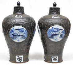 150300077 - Par de potiches chineses em porcelana decorados com reservas em azul e branco sobre fund
