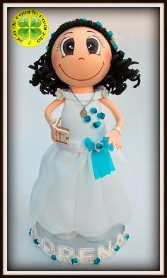 Su vestido está realizado con base de gomaeva y organza por encima. La diadema está realizada con pequeñas flores de papel que también hemos colocado en el vestido.