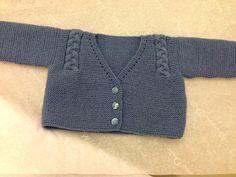 Chaqueta azul Knitting For Kids, Baby Knitting Patterns, Baby Patterns, Baby Cardigan, Knit Cardigan, Crochet Baby, Knit Crochet, Baby Sweaters, Baby Wearing