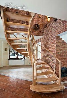 Przepiękne schody drewniane w połączeniu z cegłą klinkierową na ścianie,  producent schodów Marchewka