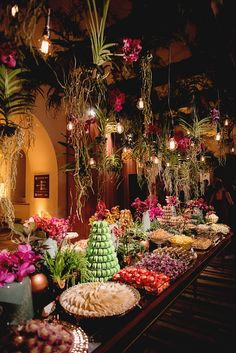 Mesa de doces colorida - casamento no Museu Histórico Nacional ( Rio de Janeiro ) - arranjos aéreos de orquídeas Wanda suspensas ( Foto: Fabricia Soares | Decoração: Tissi Valente )