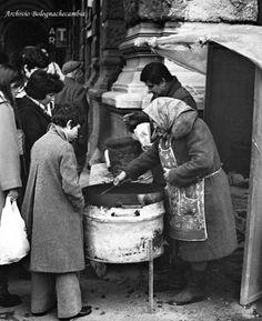 Una venditrice di caldarroste all'angolo di piazza VIII Agosto con via Irnerio…