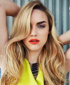korallenrot Lippenstift blondes Mädchen passende nuance. Beach blond