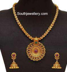 Simple Antique Gold Necklace and Jhumkas - Indian Jewellery Designs Indian Jewelry Sets, Indian Jewellery Design, Jewelry Design, Gold Earrings Designs, Gold Diamond Earrings, Necklace Designs, Bridal Jewelry, Gold Jewelry, Gold Necklaces