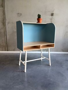 Childrens's desk for more focus in birch plywood and woolfelt by VINTatelier www.