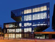 Mampara de vidrio de P900, puertas correderas de vidrio, armario de separación entre despachos y la colocación de mobiliario especial de acuerdo con el diseño del proyecto.