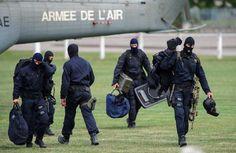 Des membres du GIGN sortent du matériel d'un hélicoptère à proximité de la prison de Ensisheim, où se déroulait une prise d'otage le 14 août...
