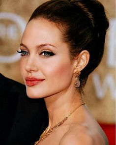 Angelina Jolie Hairstyles – Who does not know this hollywood actress, has a lot of movie titles which he starred … Angelina Jolie Look Alike, Angelina Jolie Makeup, Angelina Jolie Pictures, Beautiful Celebrities, Most Beautiful Women, Beautiful People, Amazing Women, Jessica Chastain, Kate Middleton