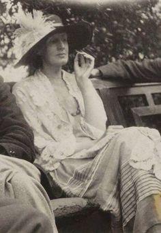 """...dirà l'estranea, """"io in quanto donna non ho patria. In quanto donna la mia patria è il mondo intero"""". Virginia Woolf - 'Le tre ghinee'"""