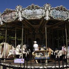 Galopant : Enfants, familles et amis apprécieront cette balade à cheval dans ce magnifique carroussel