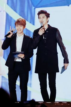 Baekhyun, Chanyeol - 131114 2013 MelOn Music Awards  Credit: Your Happiness Is My Happiness. (2013 멜론 뮤직 어워드)