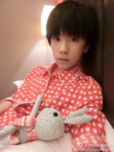 [Weibo update] [04/09/14] 晚安,大家今天都辛苦了,早点睡,不要熬夜了,明天要加油[爱你] Chúc mọi người ngủ ngon, ngày hôm nay mọi người đều đã vất vả rồi, nhớ đi ngủ sớm, đừng thức muộn, ngày mai lại tiếp tục cố gắng nhé, [yêu bạn] [Cre: @TFBOYS-易烊千玺]