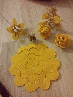 diy paper flowers by wendy Paper Flowers Diy, Handmade Flowers, Felt Flowers, Flower Crafts, Fabric Flowers, Felt Roses, Flower Diy, Craft Flowers, Crocheted Flowers