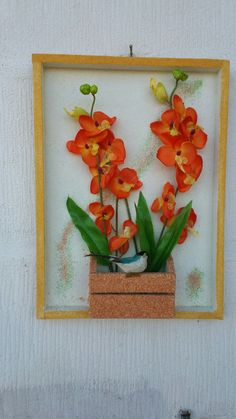 Quadro com orquídeas e passarinho artificiais, fundo e moldura jateado  com areia colorida.