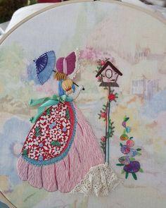 """#embroidery #wool#vintage #antique#quilt#brooch#handmade#needleworks#handcraft#ribbon#리본자수#프랑스자수#평택자수 #자수타그램 #엔틱자수 #게으른울실#자수수업 목용수업쌤의 본의아니게 오래걸린 크레놀린 아가씨. 기쁜맘에 중1아들내미한테 물었데요 """"어떠니~ 이쁘지? 넌 어디가 젤 이쁘냐??"""" 중1 아들내미 """"바닥! 배경!"""" 맘상해하시길래.. 아이가 넘 순진해서 그러니 누가 밥주는지 다시 물어보라했어요"""