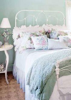 Vintage Inspired Cozy Cottage Bedroom !
