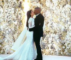 A parede de flores reais dá um efeito maravilhoso em casamentos realizados à luz do dia. Romance total! Casamento de Kim Kardashian e Kanye West.